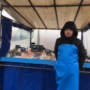 Un poissonnier sur le marché