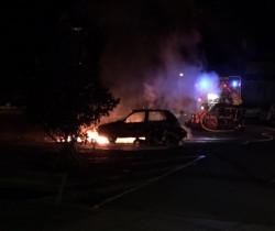 Un véhicule en feu place de la Liberté