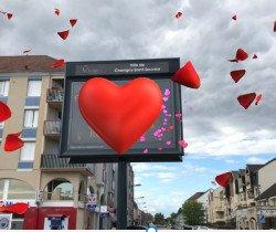 L'amour s'affiche sur les panneaux lumineux